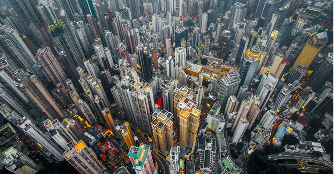 Dronefoto's laten dichtbevolkt Hong Kong zien