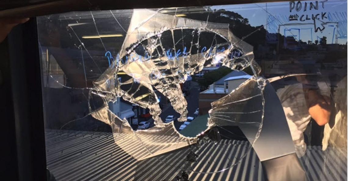 Drone knalt door raam van kantoor in Kaapstad tegen hoofd van medewerker
