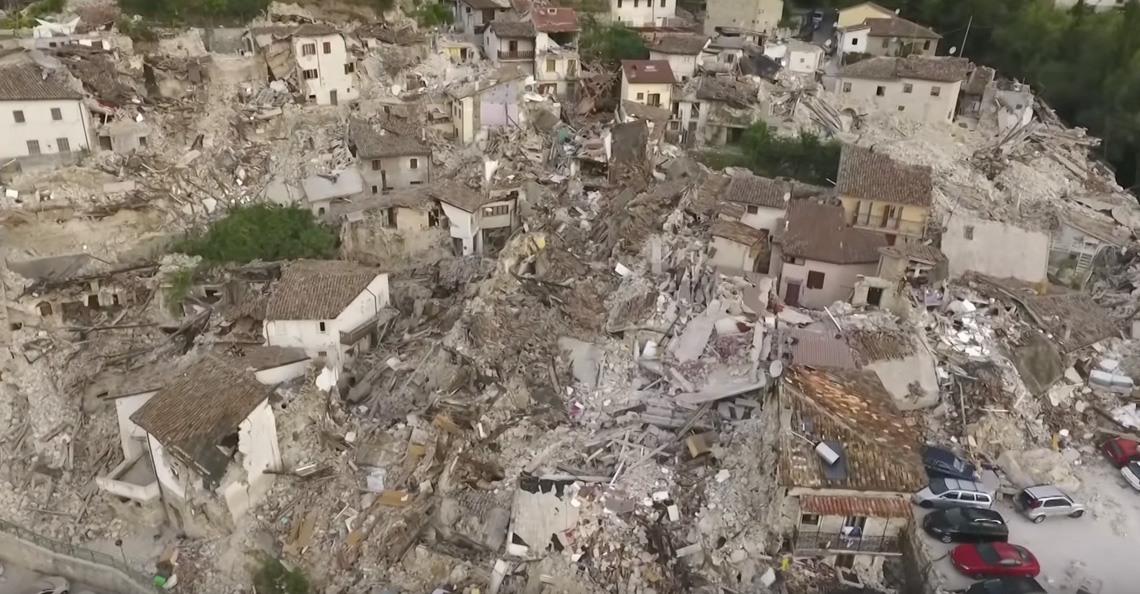 Dronevideo's tonen ravage van aardbevingen in Italië