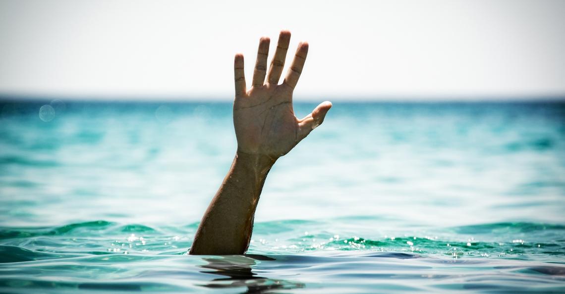 Australiër bijna verdronken bij poging om drone op te duiken