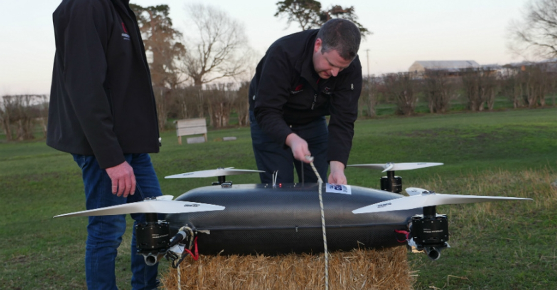 Grote racing drones zijn leuker om naar de kijken