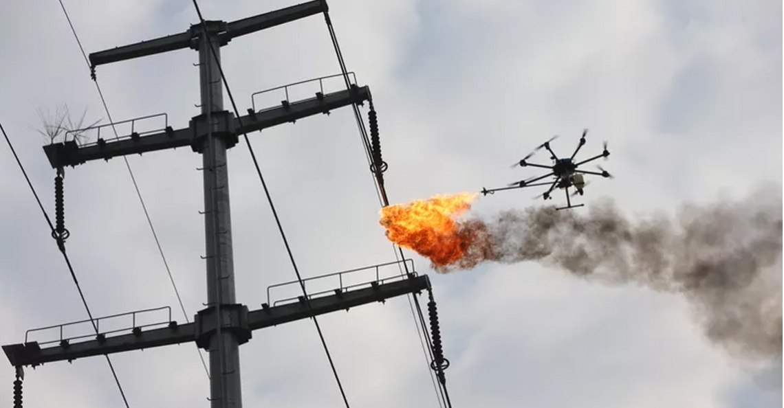 Vuurspuwende drone verwijdert afval in China
