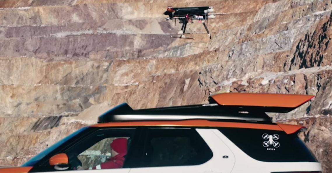 Land Rover demonstreert SUV met landingssysteem voor drones