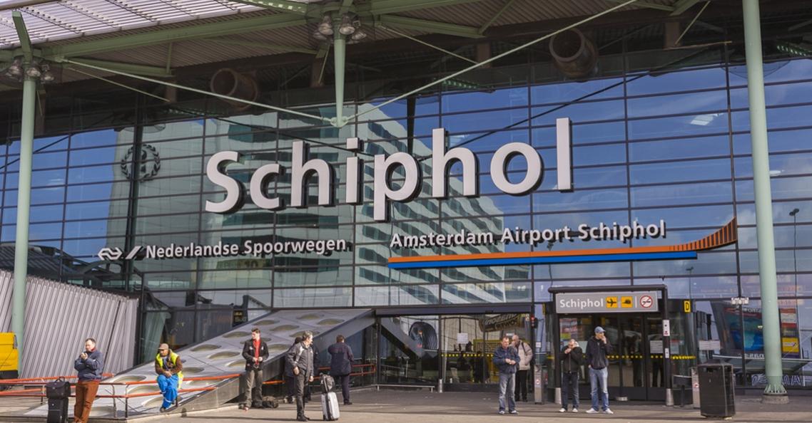 Dronepiloot staande gehouden voor vliegen bij Schiphol