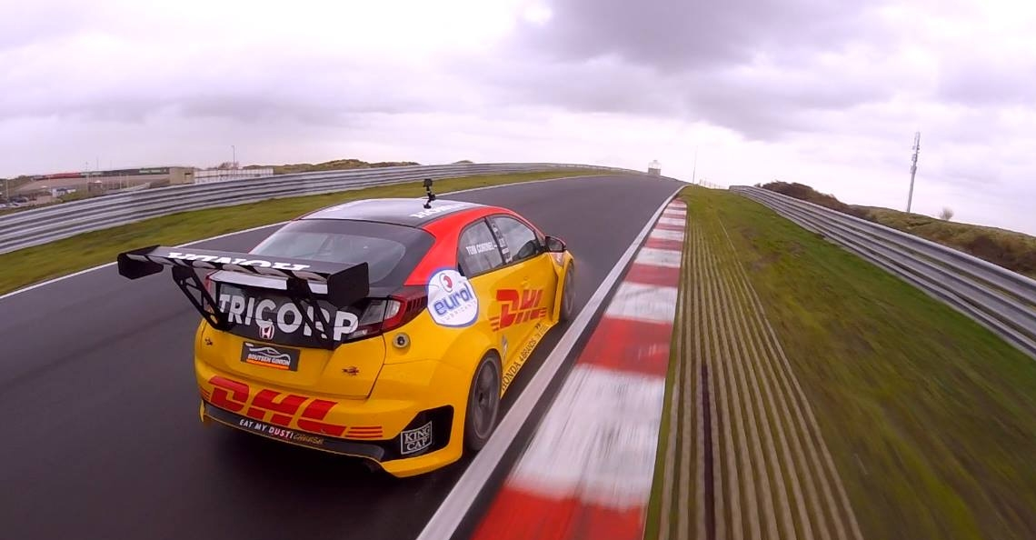 Vince Irie racet tegen Tom Coronel op Circuit Zandvoort