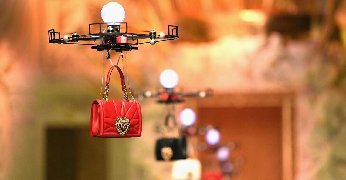 Dolce & Gabbana showt handtassen met drones op de catwalk