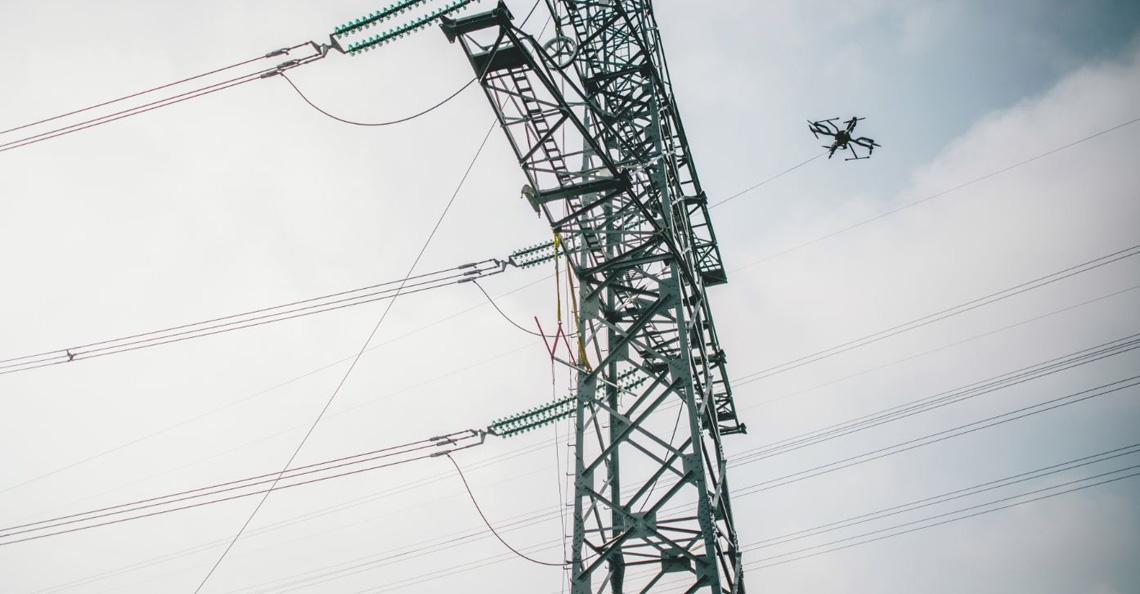 Energiebedrijf Spie legt eerste Nederlandse hoogspanningskabel aan met drone