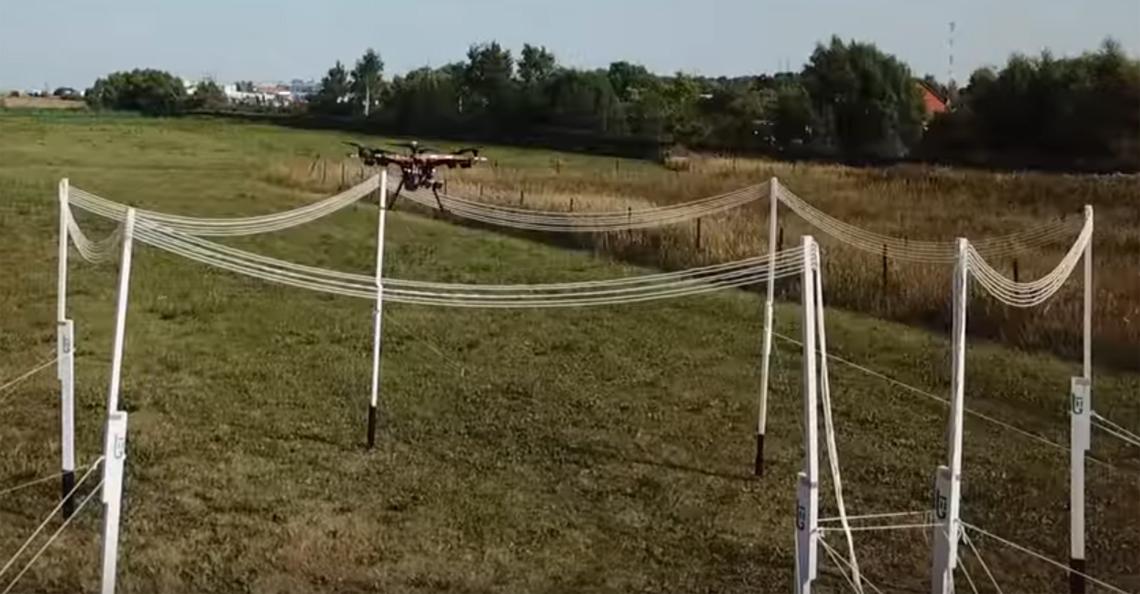 Drone laadt draadloos op terwijl hij vliegt