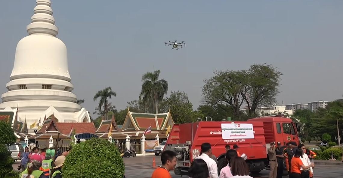 Water sprayende drones ingezet tegen smog in Bangkok