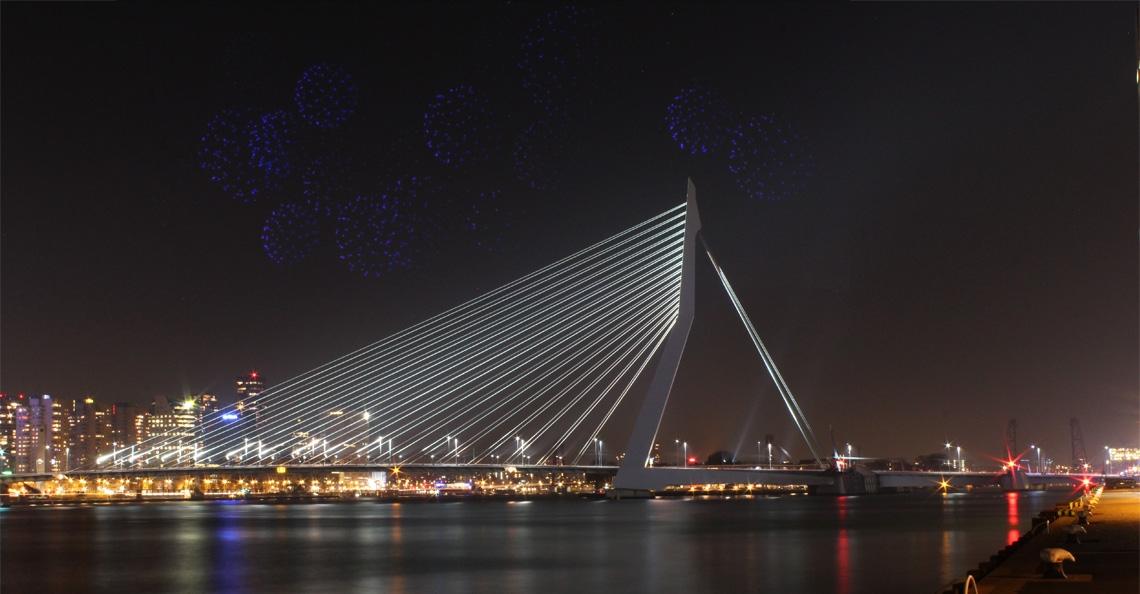 Burgemeester Rotterdam onderzoekt mogelijkheid drone lichtshow tijdens jaarwisseling