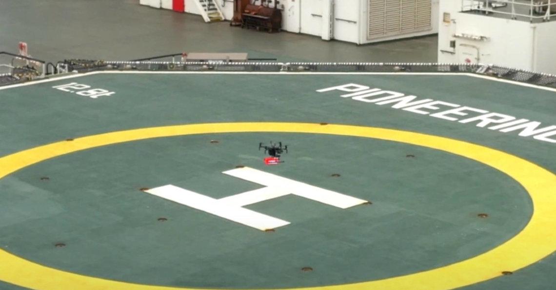 Drone levert onderdelen aan schip in Rotterdamse haven