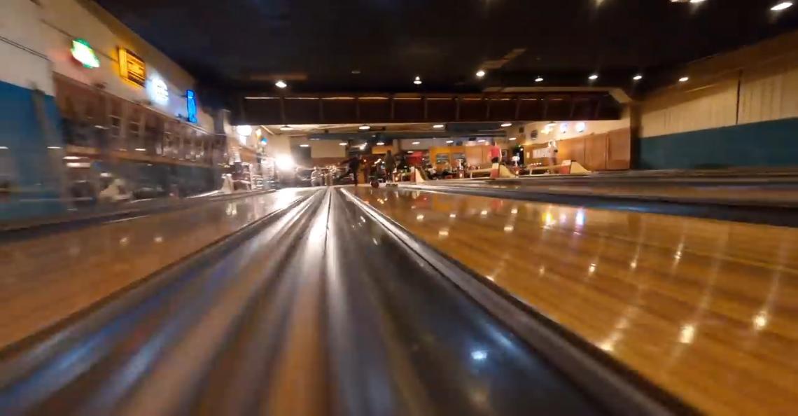 Waan je op een luxe bowlingbaan met filmische FPV-video