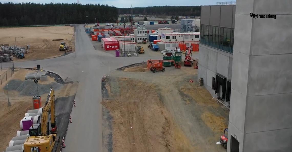 Dronevideo geeft tour door gigantische Tesla-fabriek in aanbouw