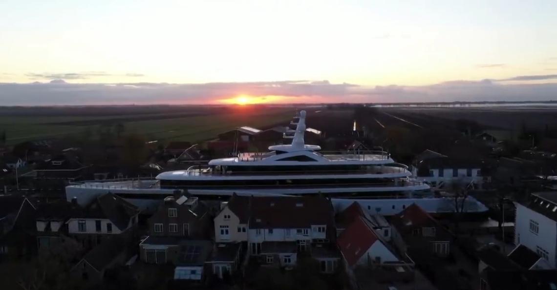 Drone filmt megajacht dat vaart door Zuid-Hollandse kanalen