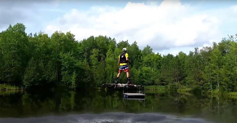 Canadees ontwikkelt hoverboard en vliegt over water