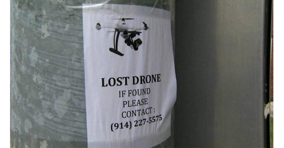 Man hangt flyers op om zijn drone terug te vinden