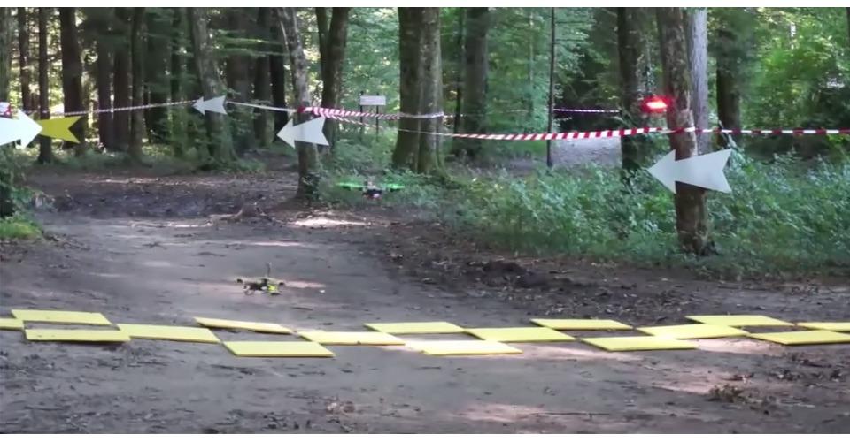 Drone race in Franse bossen