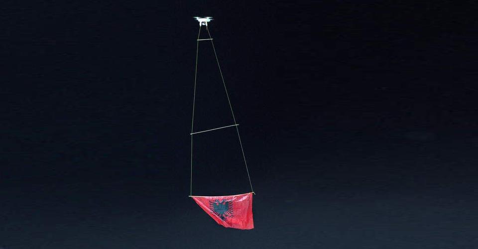 Opnieuw zorgt een drone met Albanese vlag voor ophef