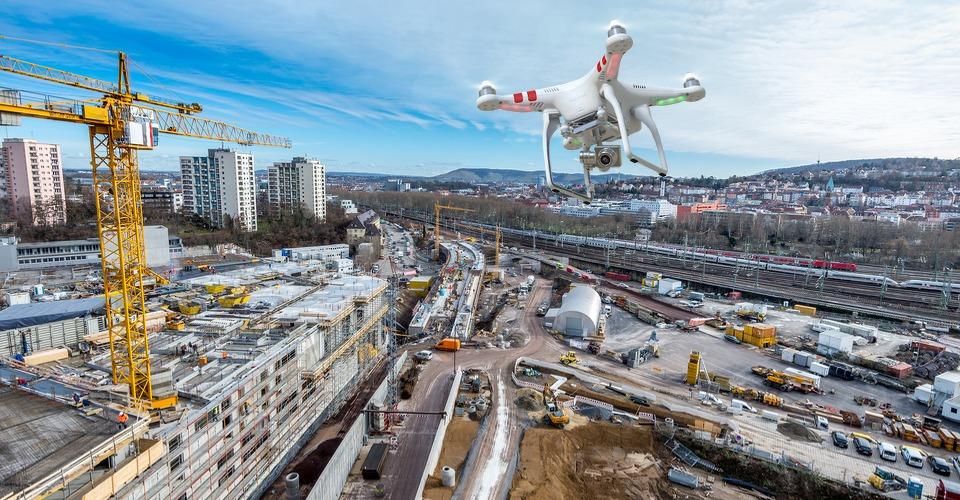 Drones vliegen de bouwplaats op