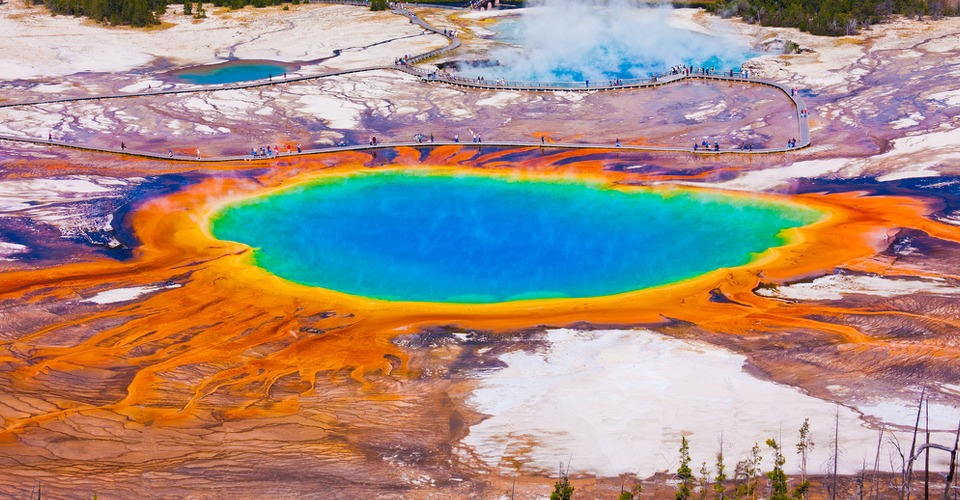 Toerist crasht drone in The Grand Prismatic Spring