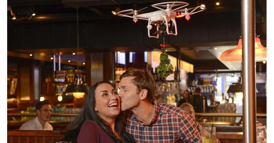 Kussen onder de mistletoe drone bij TGI Friday's