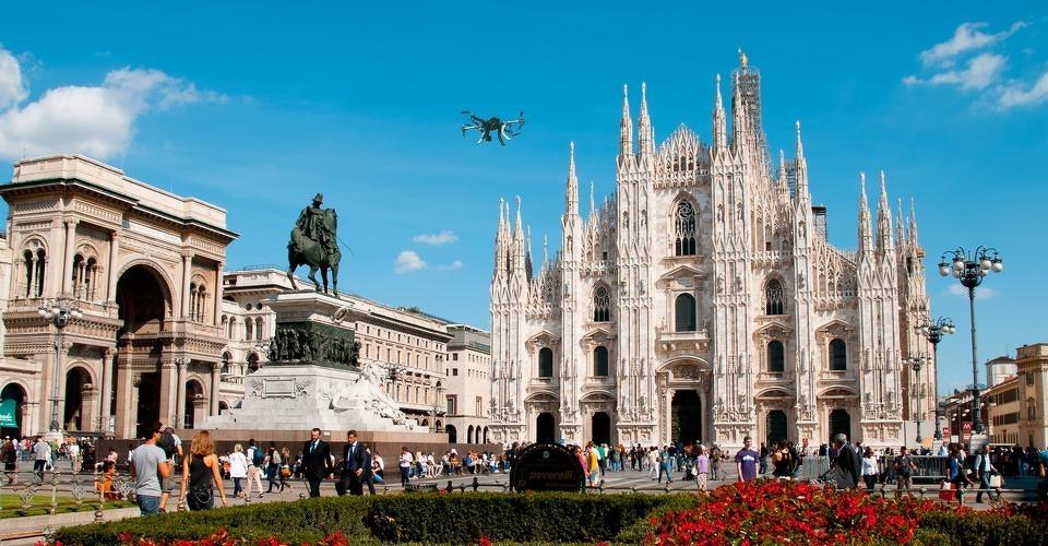 Toeristen beschadigen kathedraal Milaan met drone