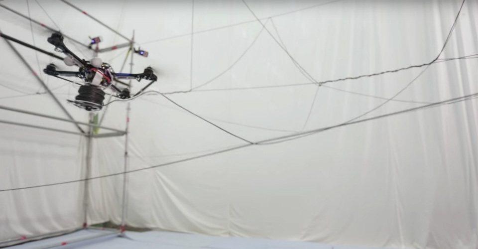 Een touwbrug gemaakt door autonoom vliegende drones