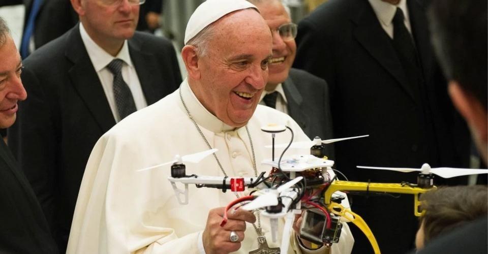Scholieren geven Paus drone cadeau