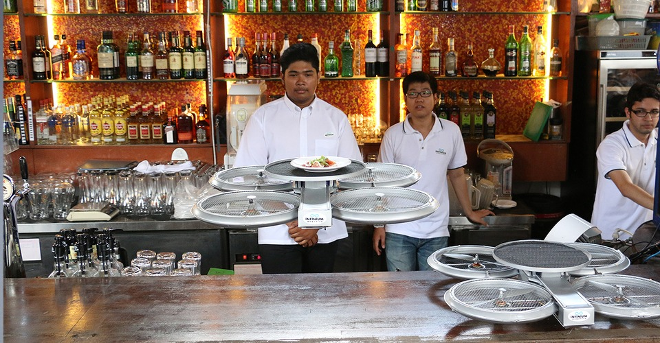 Drones serveren hapjes en drankjes in Singapore