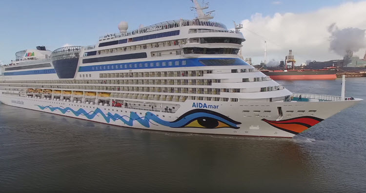 AIDAmar cruiseschip in haven van IJmuiden